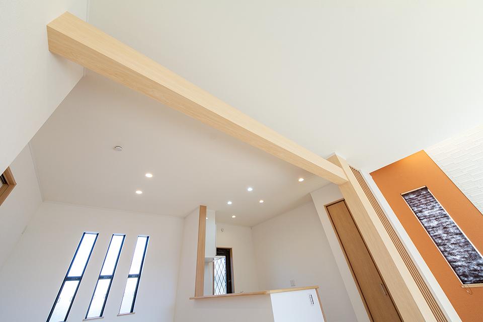 梁を見せナチュラルな雰囲気を演出したキッチンスペース。