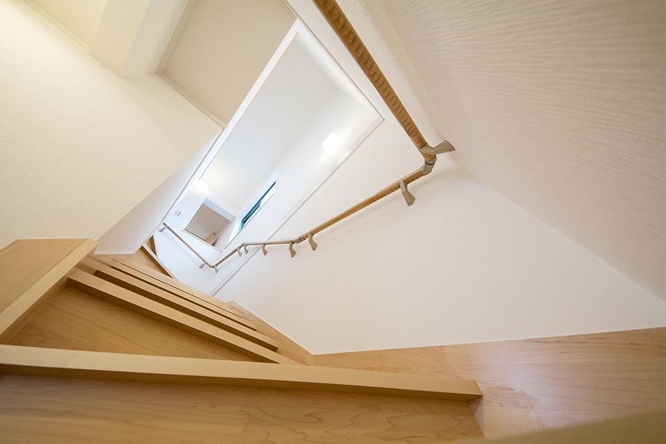 明るく開放感のあるメープル色の階段。