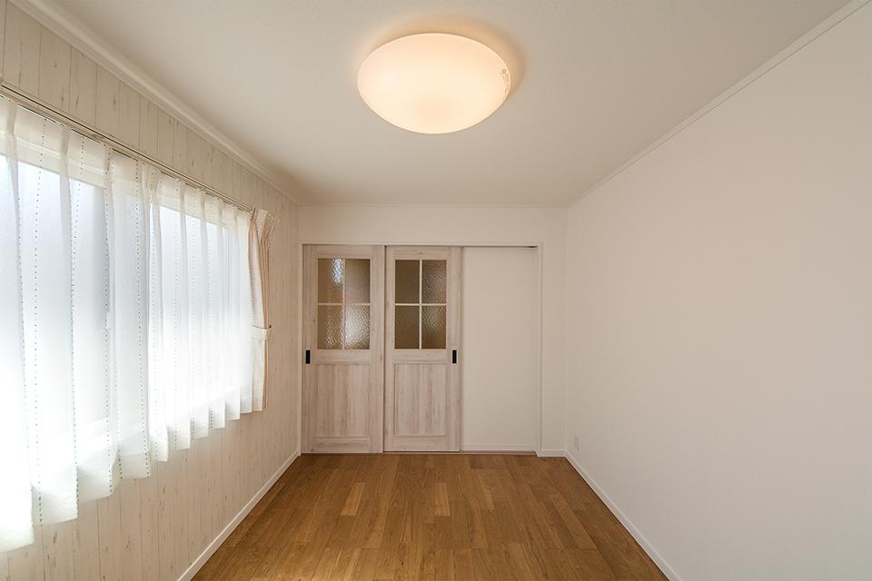 エージング加工を施したナチュラルなドアで雰囲気ある室内空間。
