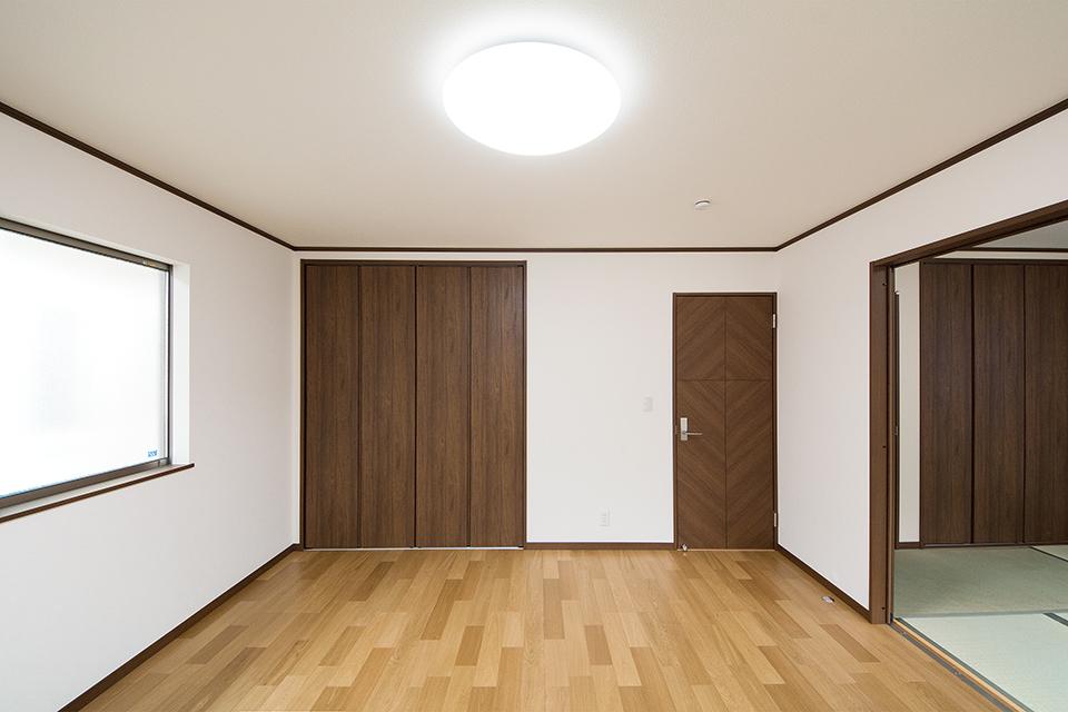 和の空間とも違和感なく調和する2階洋室。