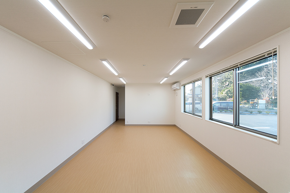 奥行きのある1階の事務室。大きくとった窓から穏やかな光が差し込みます。