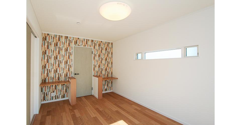 2階の洋室にも個性的な北欧風の壁紙