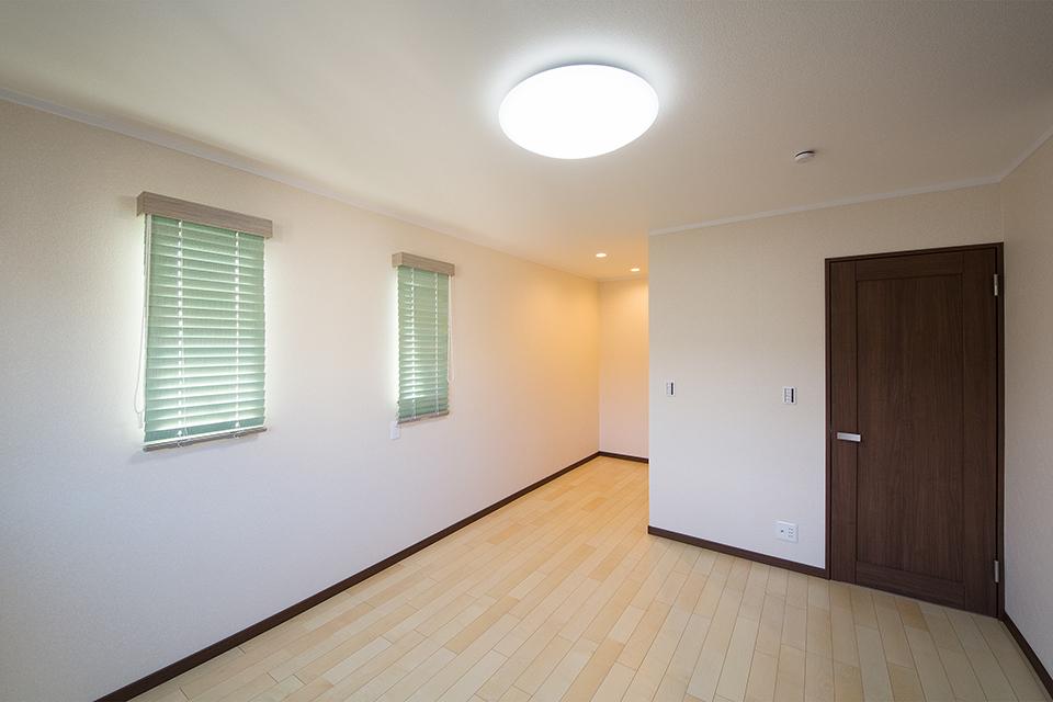 絹のきらめきと繊細な木肌のカーリー杢シカモアのフローリングが穏やかな室内を演出。