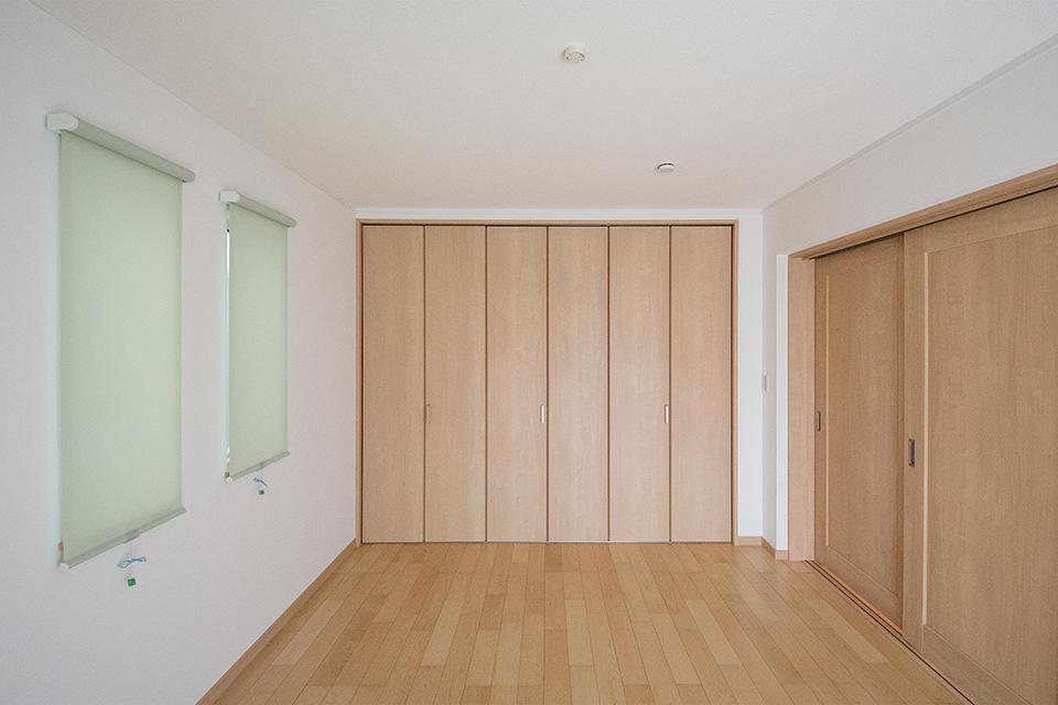 収納たっぷりの洋室。さわやかな色合いのロールカーテンがアクセントです。