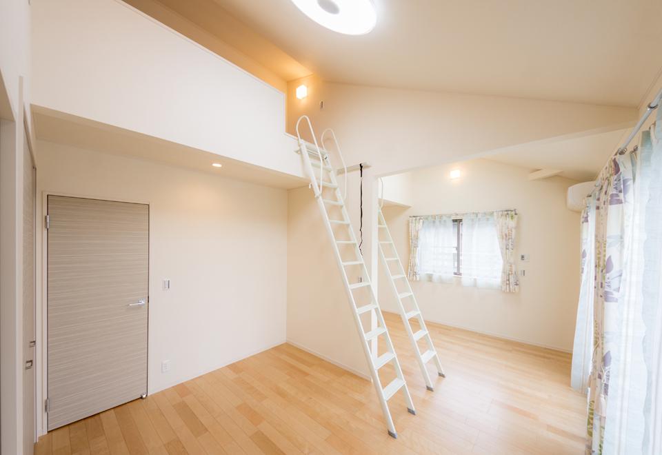 中心で二つに区切った洋室。ロフトスペースも一つずつ設置