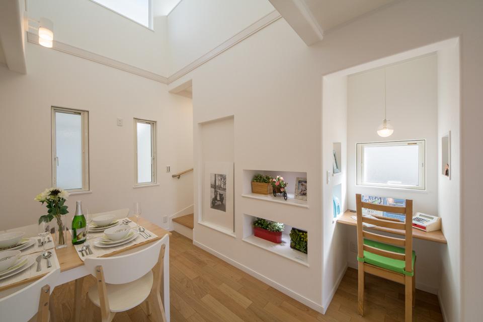 階段下を利用したニッチ棚。絵画や北欧デザインの小物などを飾り、ディティールまで北欧スタイルを楽しむことが可能です。