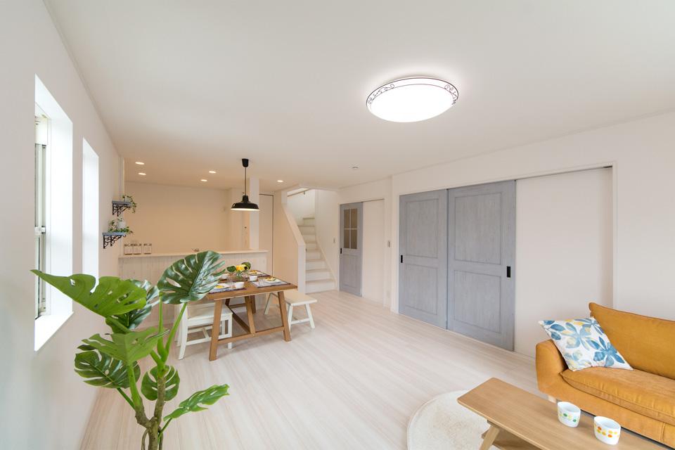 ブルーペイントのシャビーな建具が、より一層雰囲気を盛り上げます。