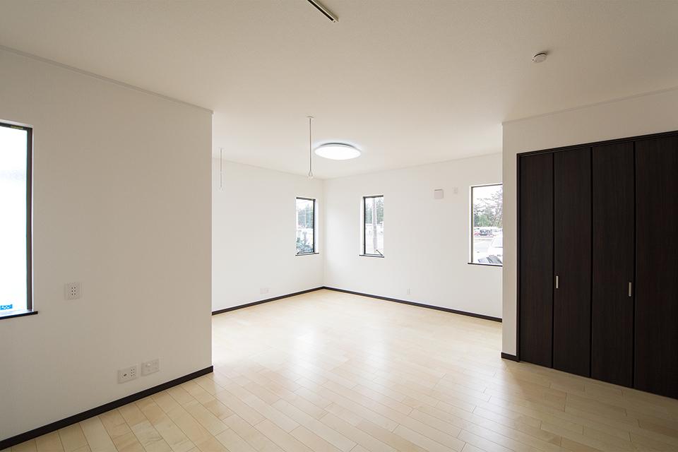 リビング入口に備えたクローゼットは、2階に行かなくても、アウターをさっとしまったり着たりできるので、とっても便利です。