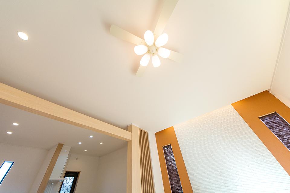高い天井にはシーリングファンライトを設置し、デザイン性と快適さを両立させました。