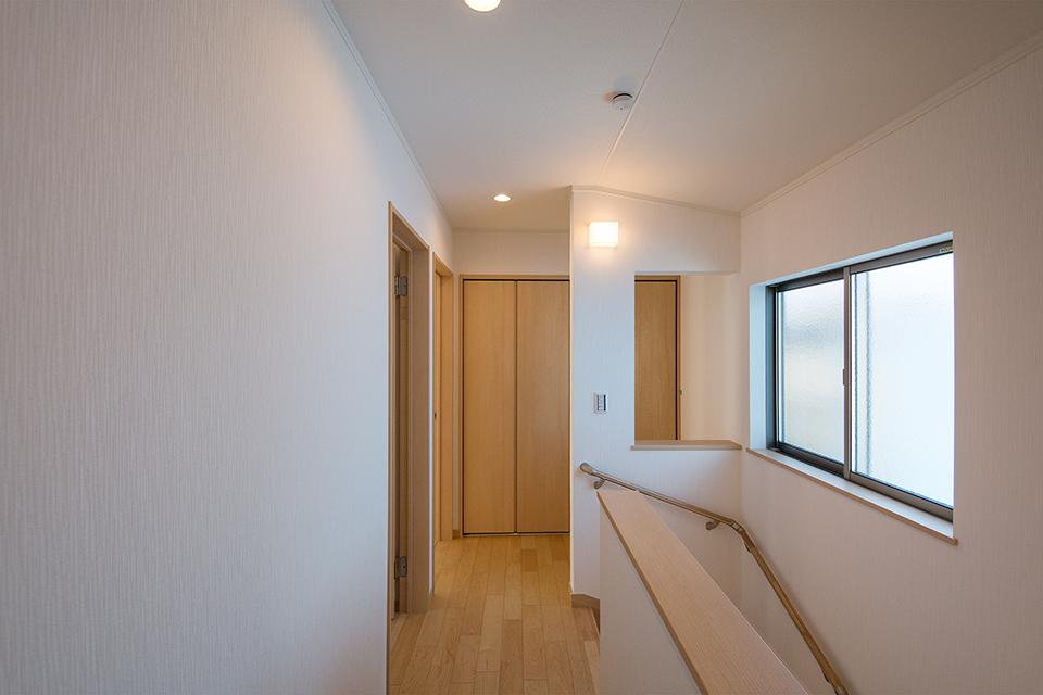 開放感ある2階廊下。奥には収納に便利な納戸を設置。