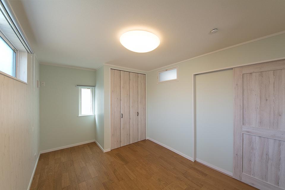 爽やかなグリーンとウッディなデザインのアクセントクロスが心地の良い空間を演出。