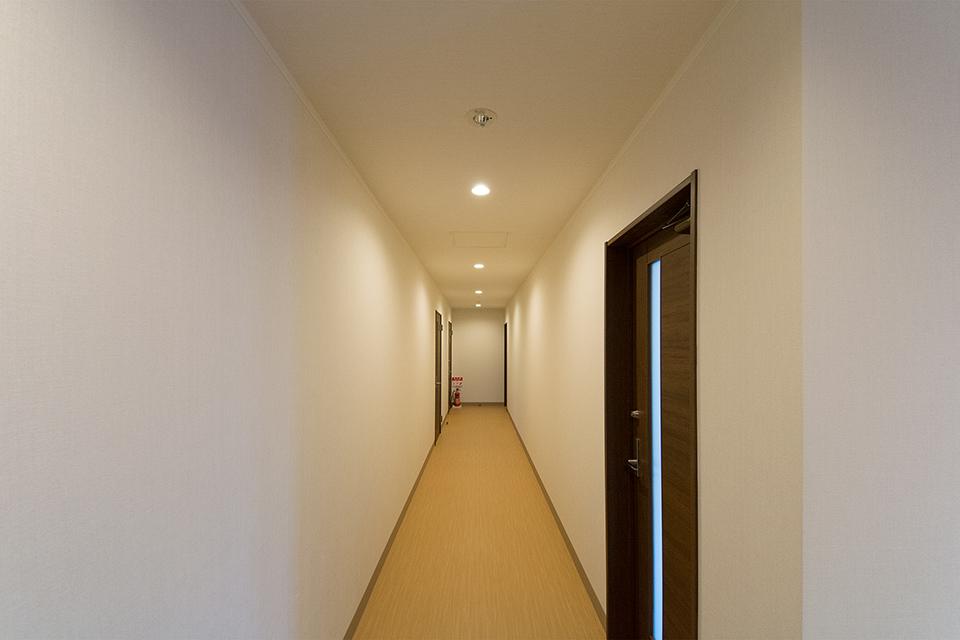 あたたかみのある照明を使用した1階の廊下。