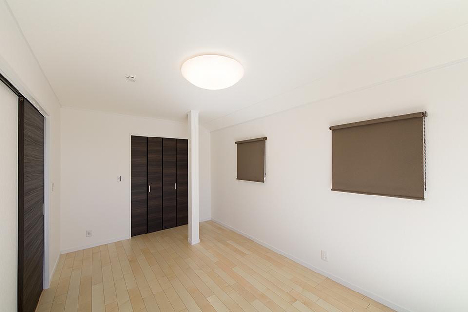 2階洋室。木のぬくもりを感じるナチュラルな空間に。
