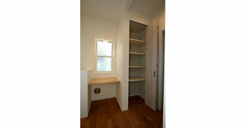 キッチンには使いやすいパントリー収納とちょっとした家具、家事カウンター
