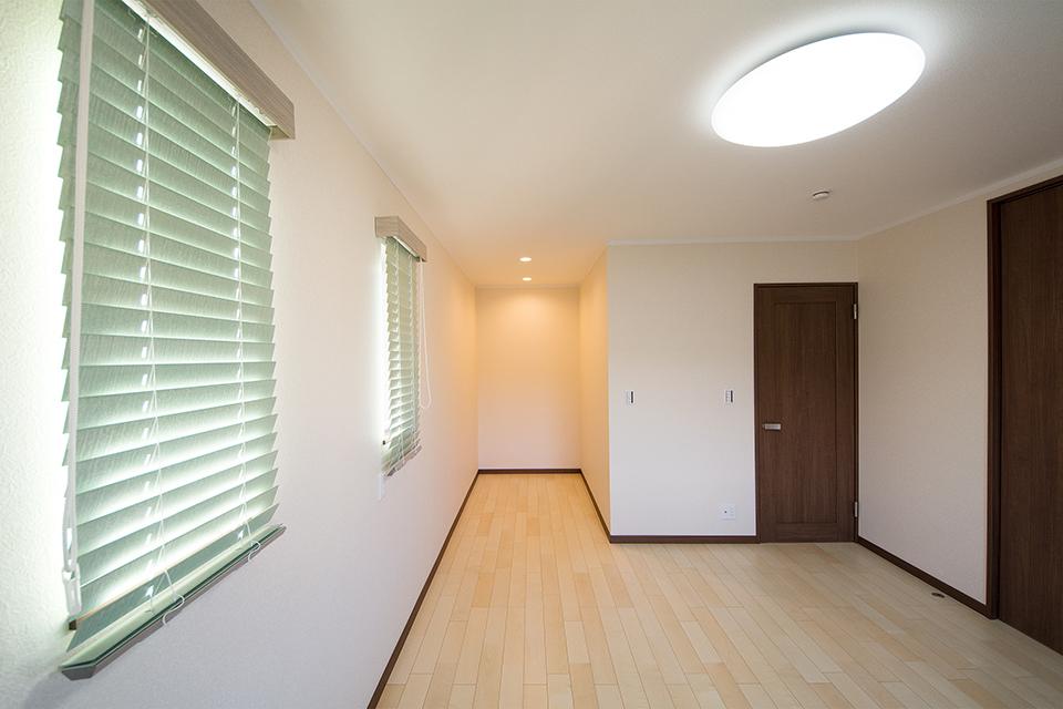 くぼんだスペースは、ちょっとした書斎や収納スペースとしても便利ですね。