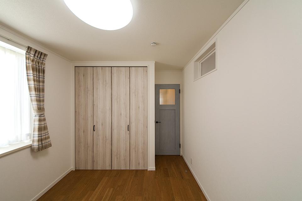 エージング加工されたブルーペイントの室内ドアがノルディックモダンを演出します。