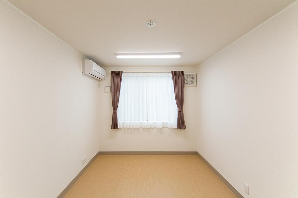 落ち着いた配色の内装によって優しい雰囲気に包まれた洋室。