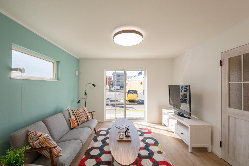 白の格子入りサッシが心地の良いやわらかな光と風を室内に優しく誘います