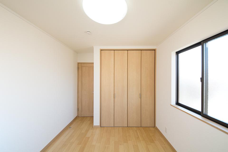 陽当たりが良く明るい雰囲気の2階洋室。