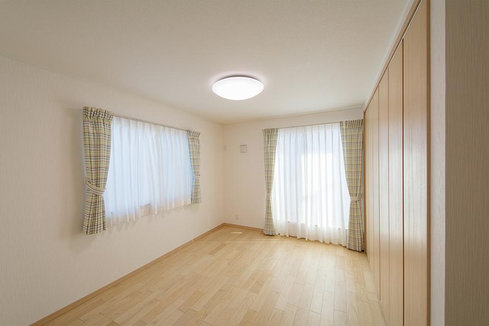 2面採光の明るい主寝室。