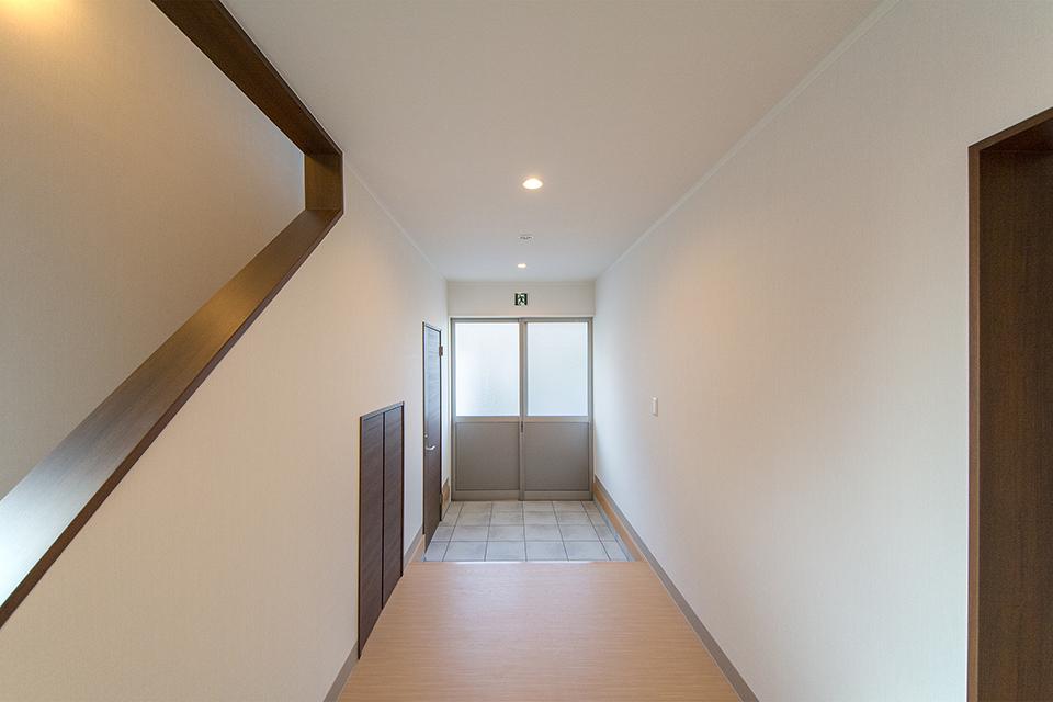 階段下のスペースを物入れとして有効活用した玄関。