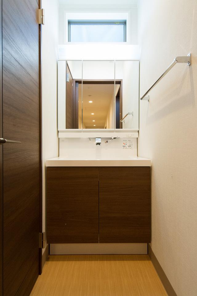 建具とカラーをそろえ統一感を出した洗面化粧台。