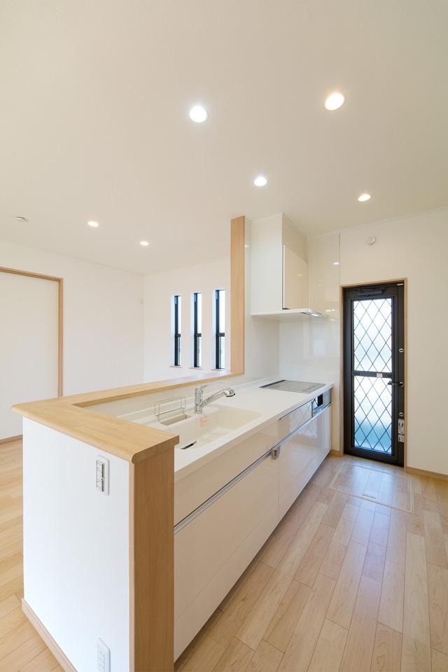 白を基調とした開放的なオープンキッチン。