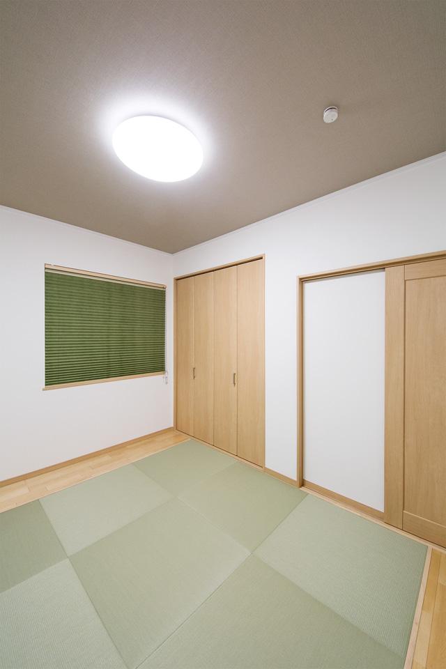 天井に織物調のクロスを使用し、さりげなく個性を表現した畳敷き洋室。
