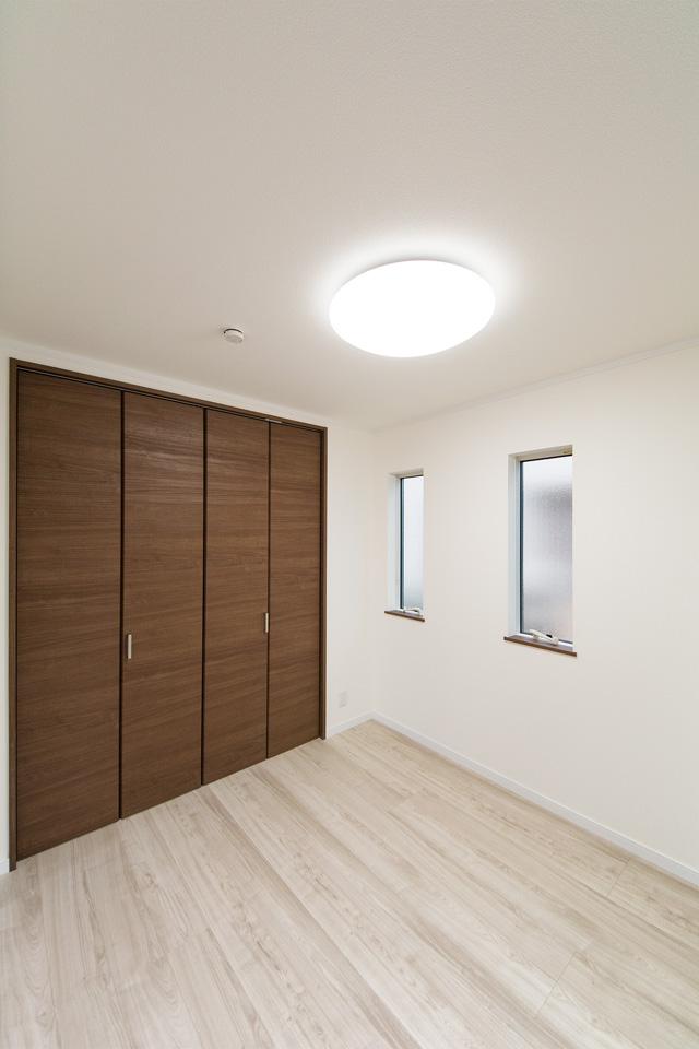 縦すべり窓がナチュラルな空間にスタイリッシュさを演出。