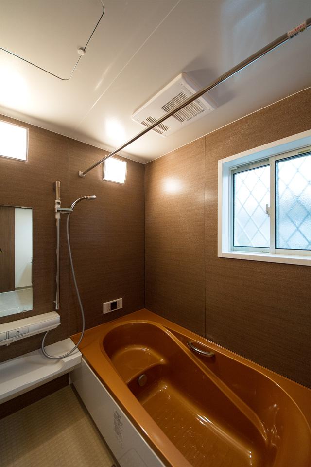 シャインブラウンの浴槽がエレガントな空間を演出。