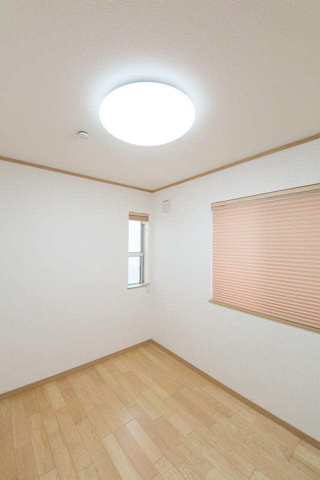 ナチュラルな配色でやさしく温かみのある室内。