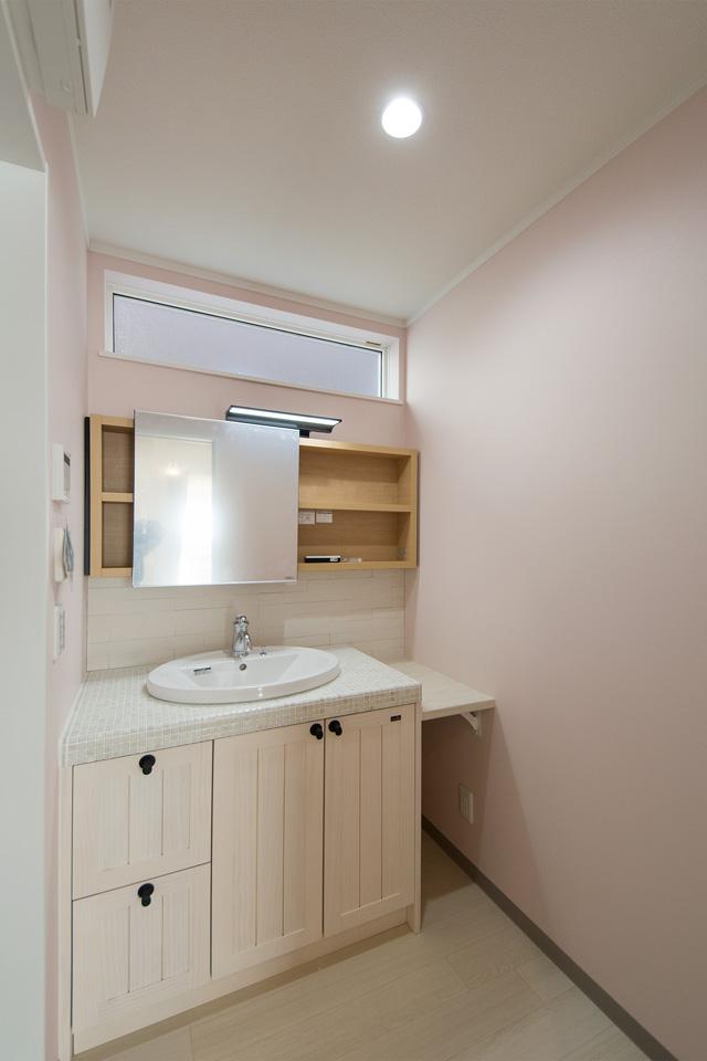 4面にライトピンクのアクセントクロス、洗面正面にはエコカラットを貼り、可愛らしく快適な空間に。