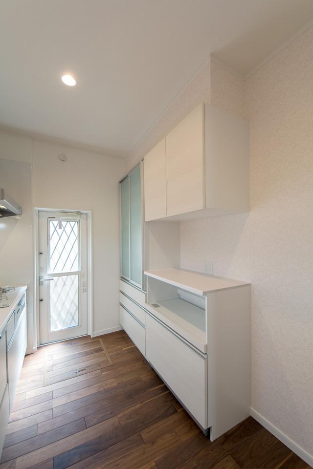 キッチン背面に設置した便利なカップボード。