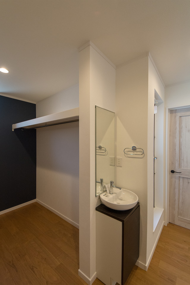 お洒落な丸型洗面器の2階手洗いキャビネット。