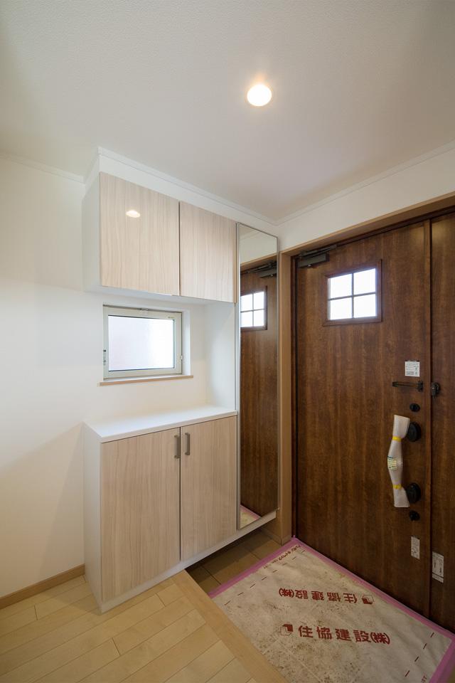 メープル色の鏡面扉が美しい、コの字型玄関収納。
