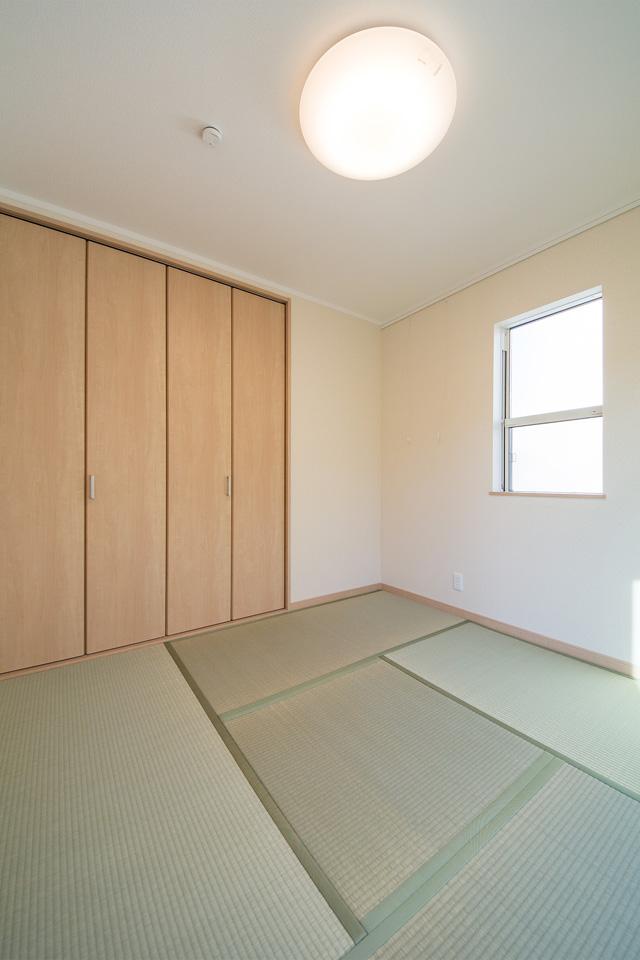潔い白のクロスと畳のさわやかなグリーンが心地のよい空間に。
