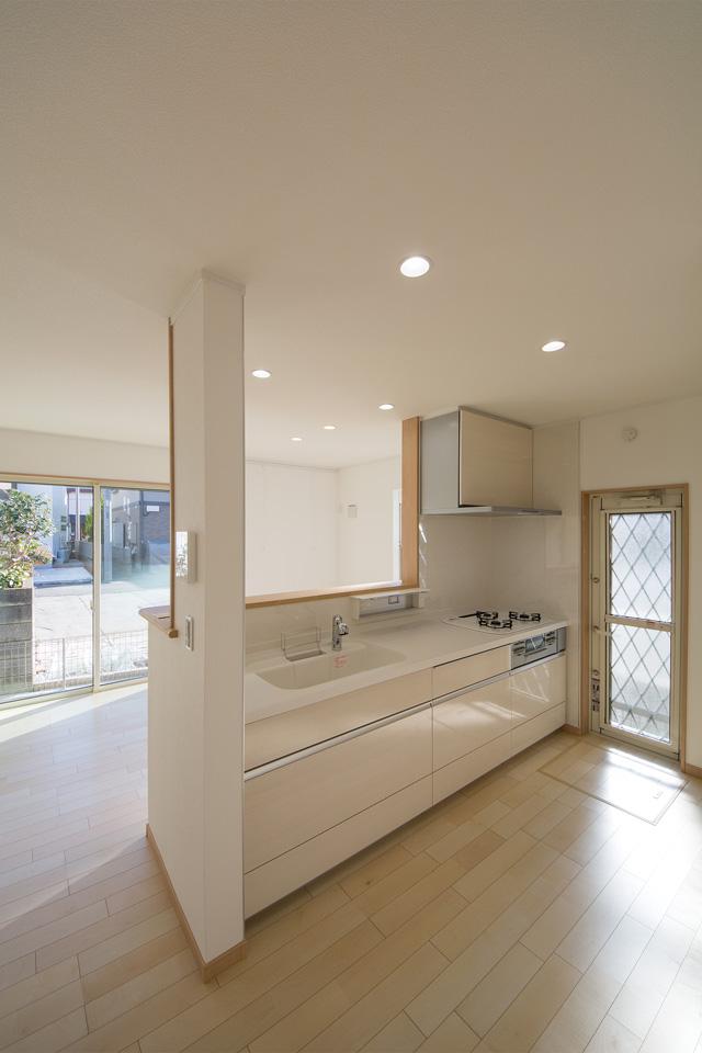 白のワークトップに木目調なシルキーシダーのキッチン扉で清潔感あるキッチンに。