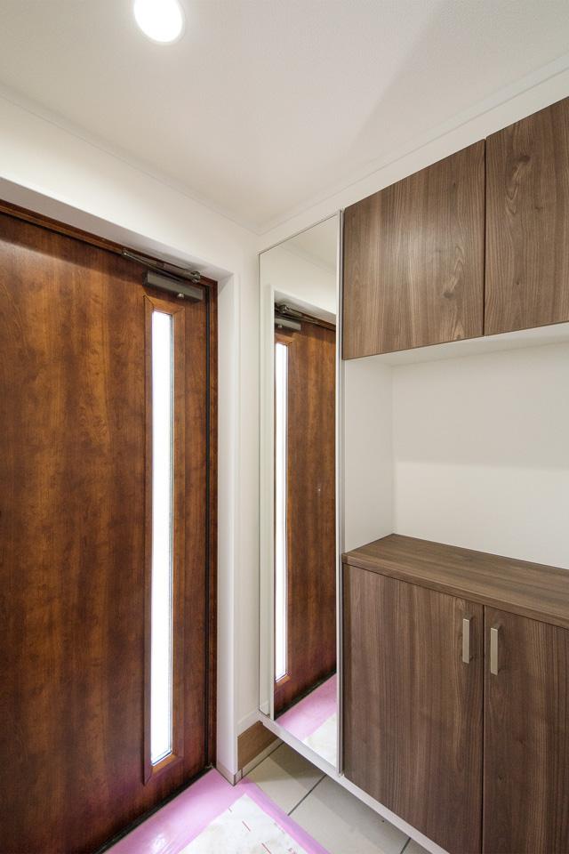 玄関ドアの採光スリットが、やさしい光を取り入れ空間を演出。