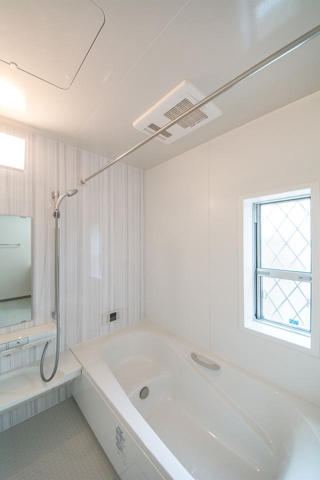 爽やかな印象のストライプ柄をアクセントパネルにした清潔感ある浴室。
