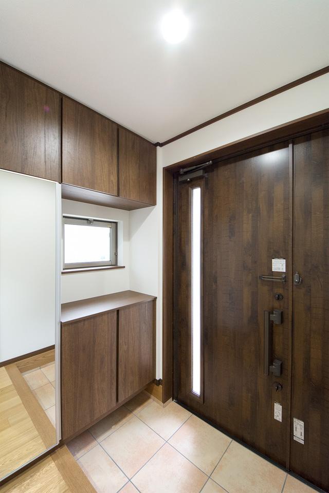 ダークブラウンの重厚感ある玄関ドア。