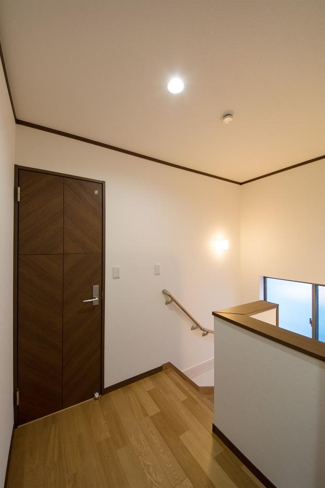 幅にゆとりを持たせゆったりとした2階ホール。