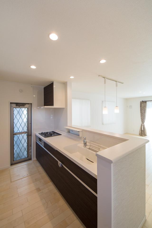 ダークブラウンのキッチン扉。建具の色に合わせて統一感のある空間に。