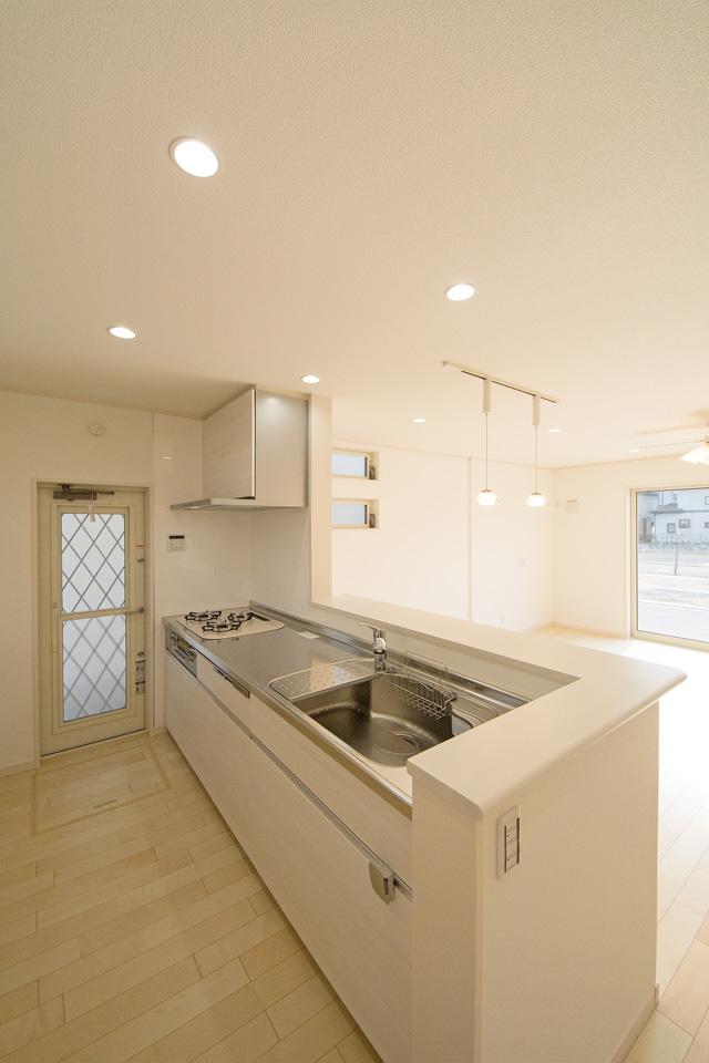 ステンレスのシンクとトップを採用した清潔感あるキッチン。