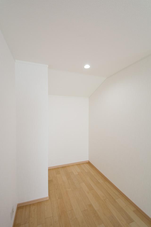 就寝前のひとときにリラックスできるスペース。寝室の傍らに設けた書斎コーナー。