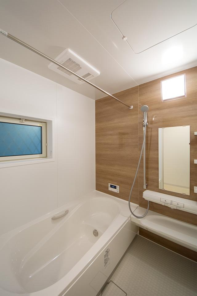 ウォールナットのナチュラルなアクセントパネルが、バスルームでのくつろぎの時間を演出します。