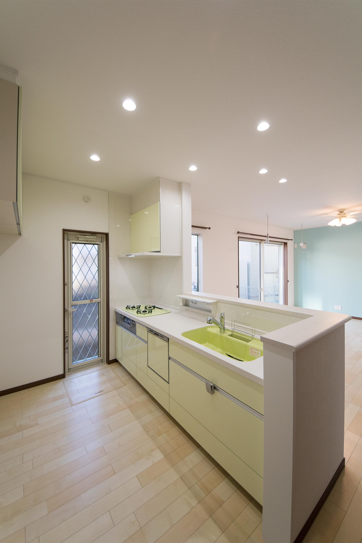ライトグリーンのキッチンが明るく清潔感を演出。