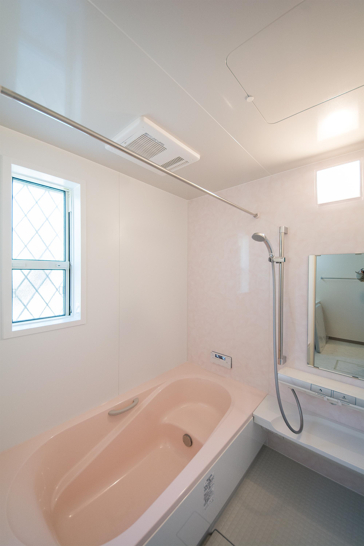 ピンクを基調とした可愛らしい空間のバスルーム。