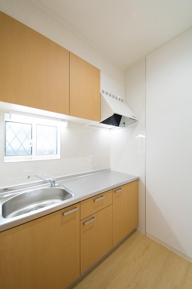 ナチュラルな配色を施した1階給湯室。