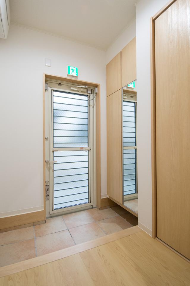 1階の通用口。採風・採光もできるドアを使用しました。