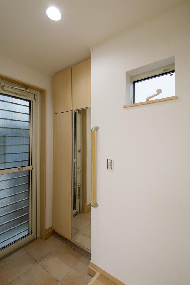 手すりを設置し、靴の脱ぎ履きがしやすい2階玄関。
